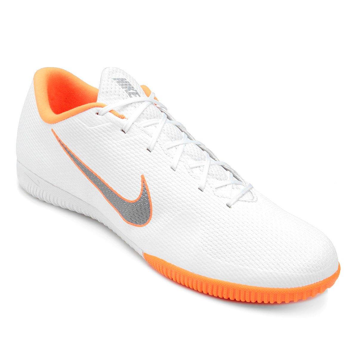 e43ef23a86 Chuteira Futsal Nike Mercurial Vapor 12 Academy - Branco e Cinza ...