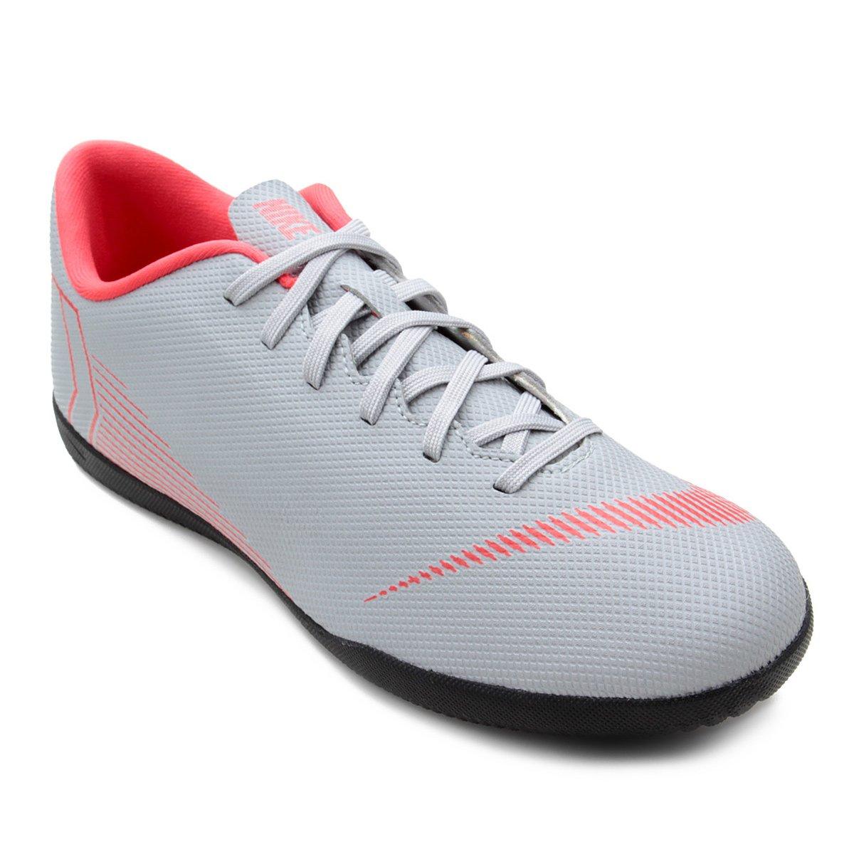 1a44c3cd395e6 Chuteira Futsal Nike Mercurial Vapor 12 Club - Cinza e Preto - Compre Agora